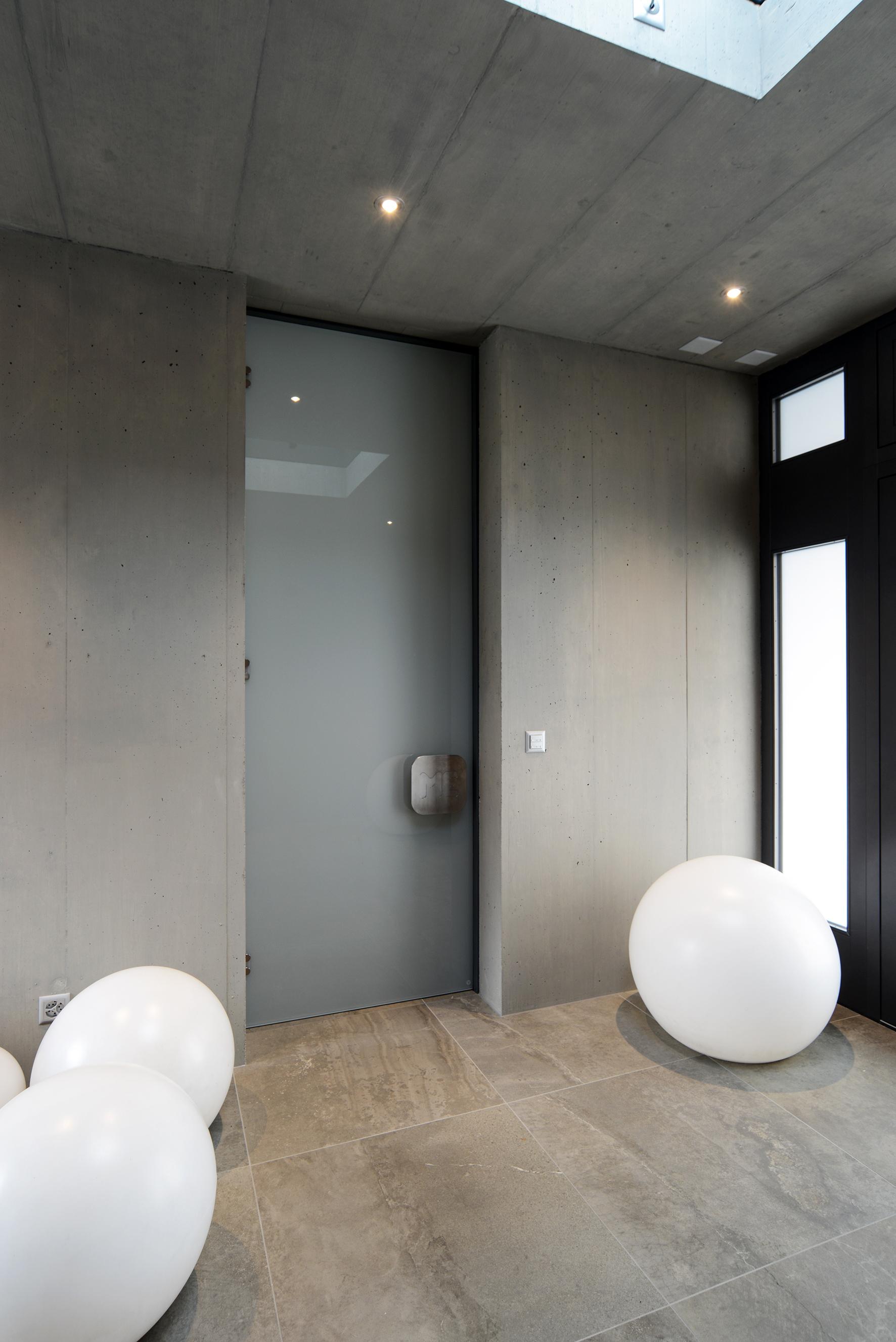 Speziell hohe Türe, Innentür mit eigens angefertigtem Handgriff.