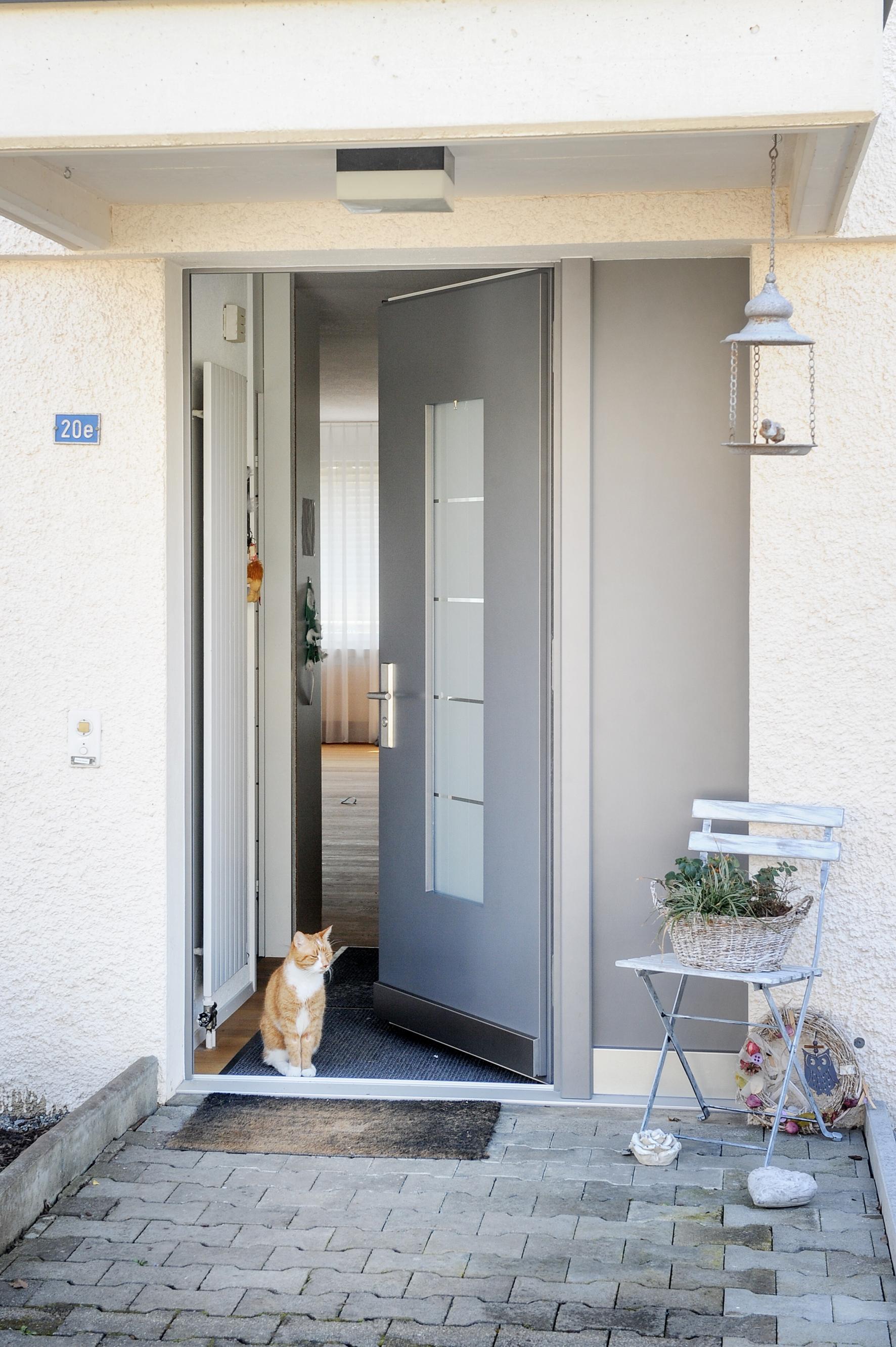 Einfache Haustür mit eingebautem Fenster
