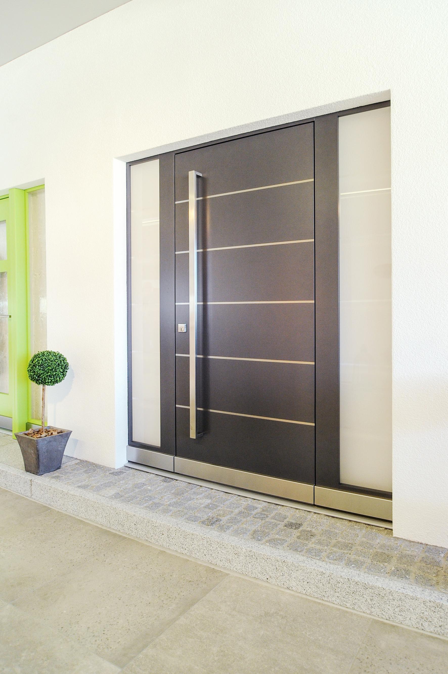 Tür mit Einfassung links und rechts