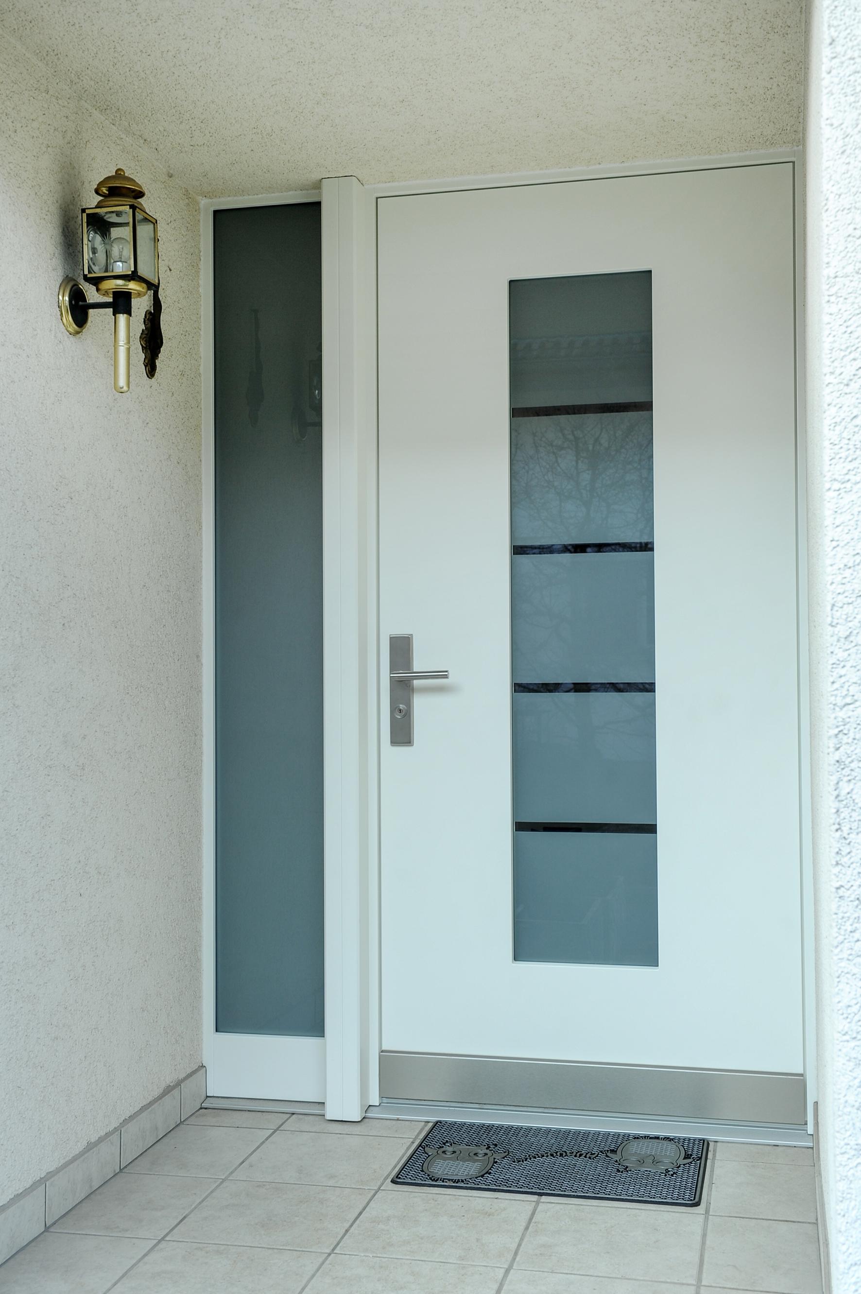 Tür mit Glasfenster und Seitenfenster