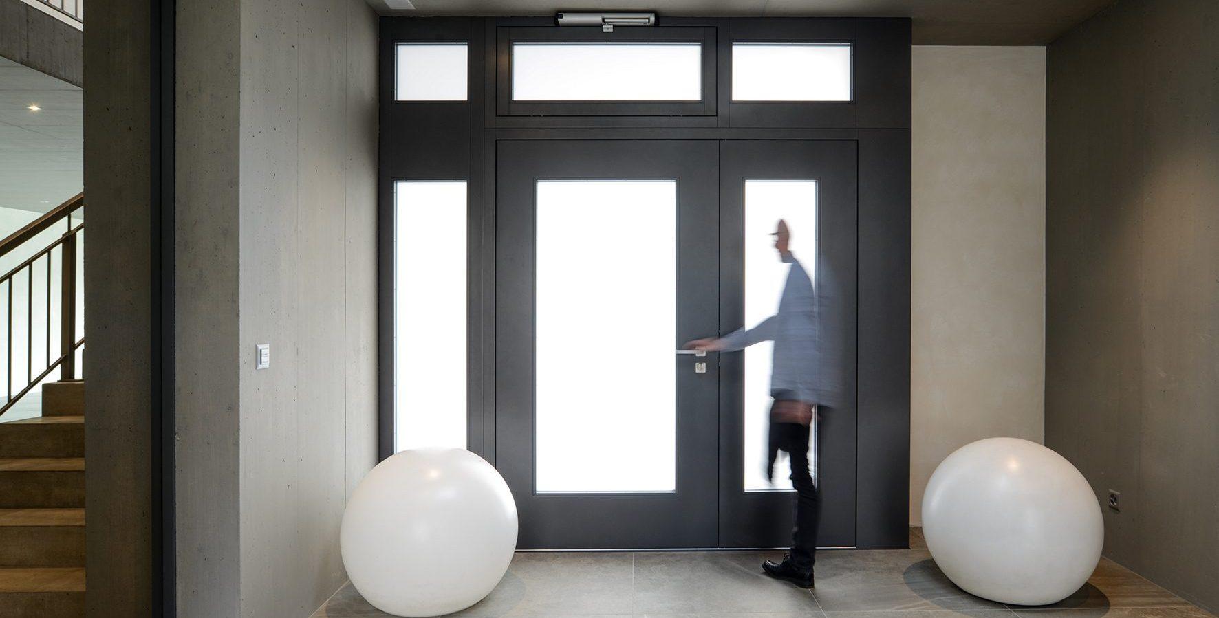 Tür im Empfangsbereich