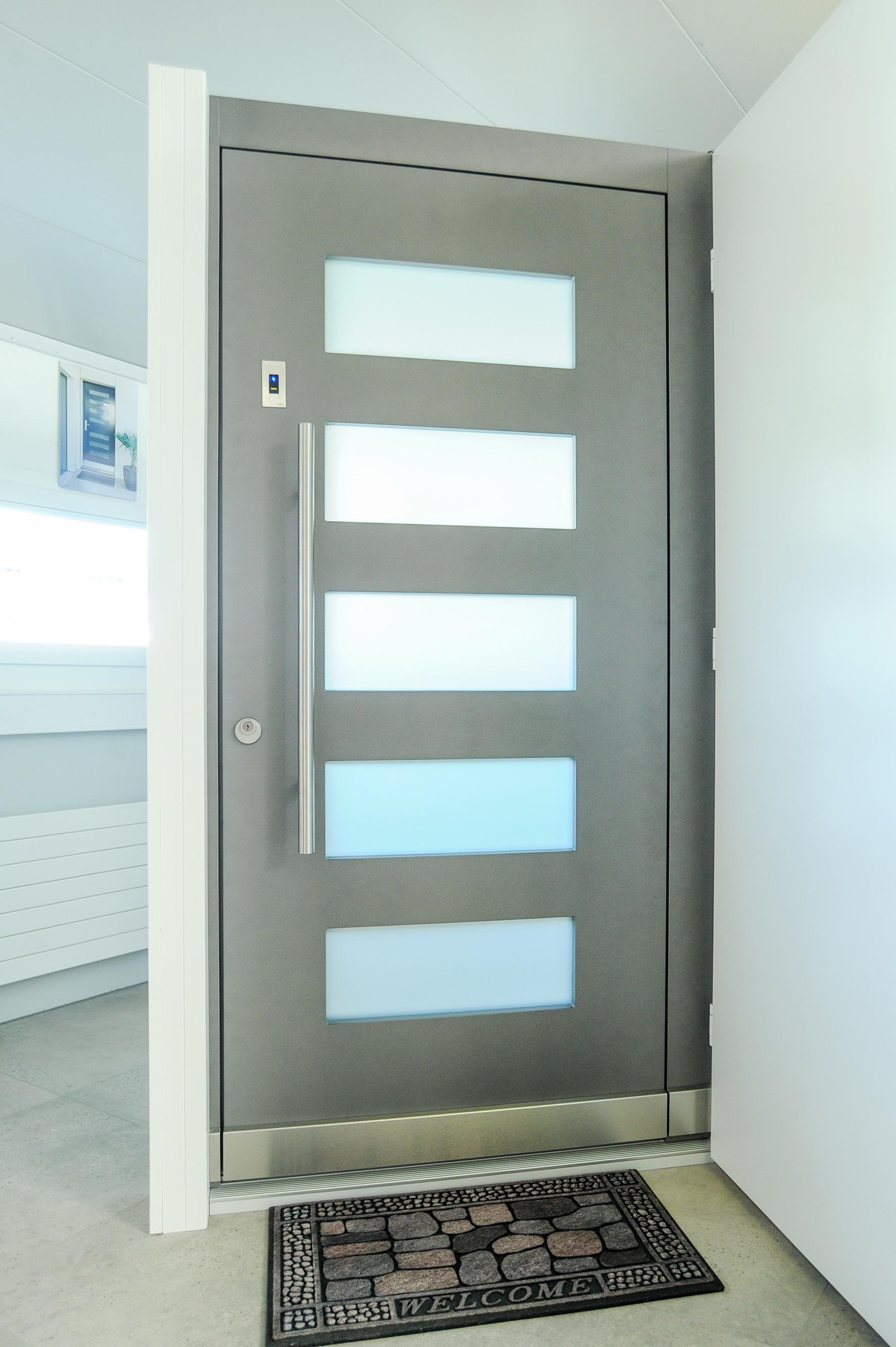 Tür mit aufgteilten Fenster